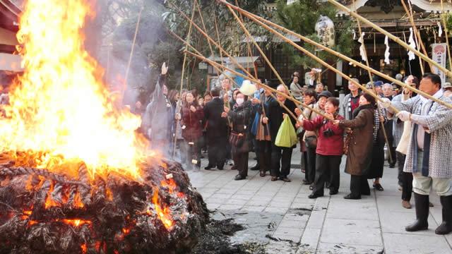 鳥越神社でどんど焼きの画像